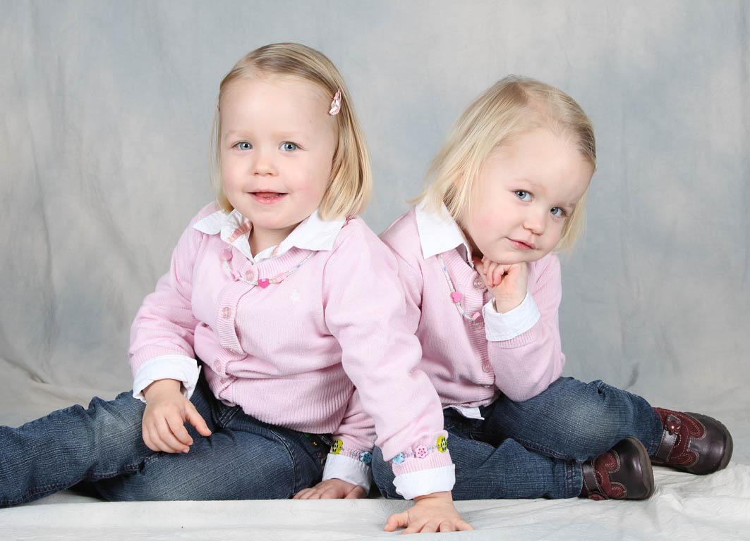 zwillinge m dchen foto bild kinder kinder ab 2. Black Bedroom Furniture Sets. Home Design Ideas