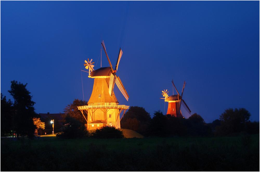 Zwillingsmühlen in der Dunkelheit