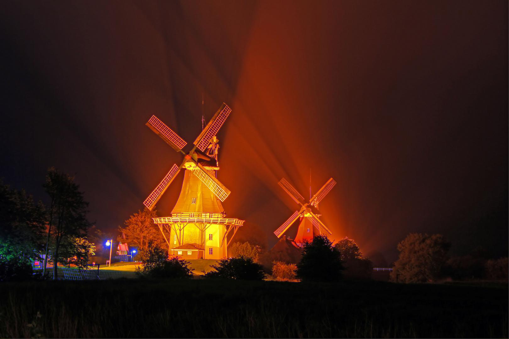 Zwillingsmühlen von Greetsiel bei Nacht