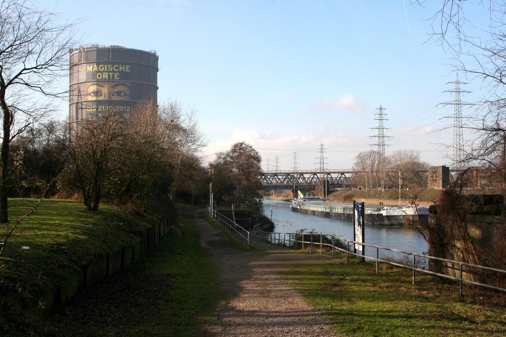 zwischen Kanal und Gasometer
