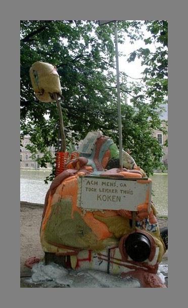 0256-FC-FL-Davind Bade (1970) Big Mama (2003) LInks staat de kunstenaar Totaal