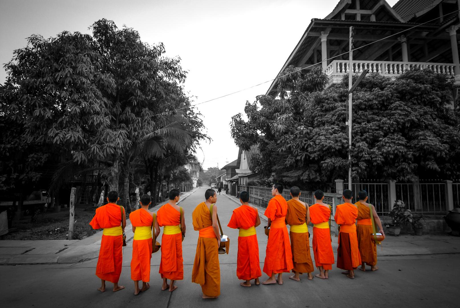 07.00 Uhr morgens in Thakek, Mönche auf ihrer Betteltour