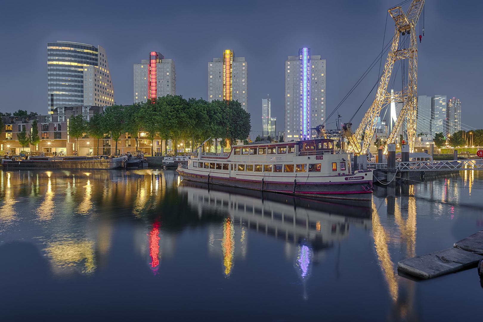 0834S-42S Rotterdam Hafen mit Skiline beleuchtet