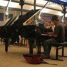 1 piano, des pianistes