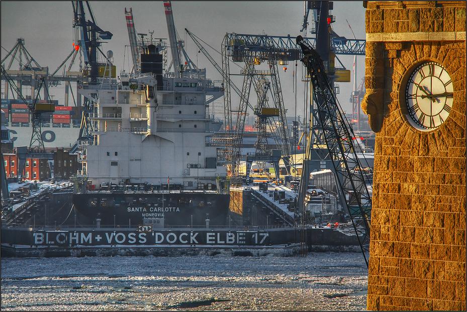 * 10.15 Uhr am Dock Elbe 17 *