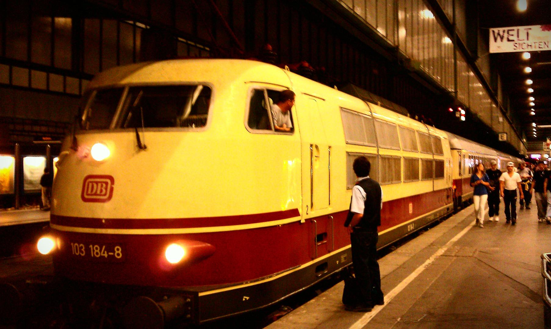 103 184-8 zu Besuch im Stuttgart Hauptbahnhof