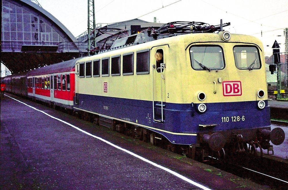 110 128-6 im Krefelder Hbf