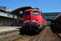 110 402 mit RB 15360 im Heidelberger Hbf