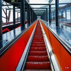 (13) Rolltreppe aufwärts