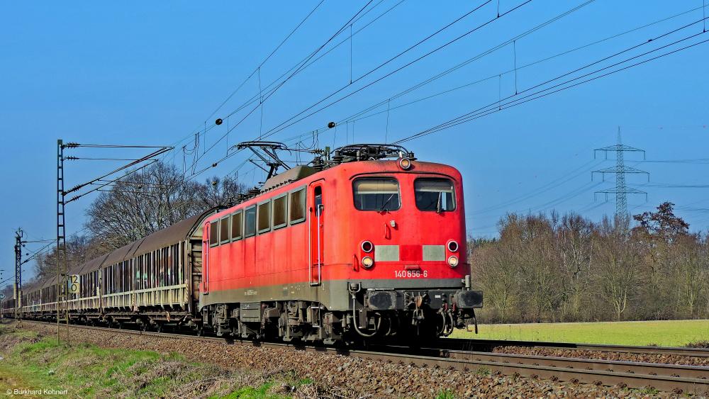 140 856-6 mit einem gem. Güterzug