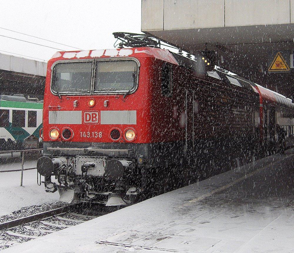 143 138 in Limburg im Winterschneetreiben