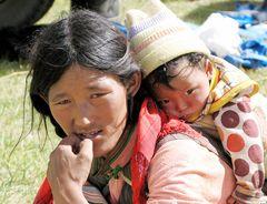 15 jährige Tibeterin mit ihrem Kind