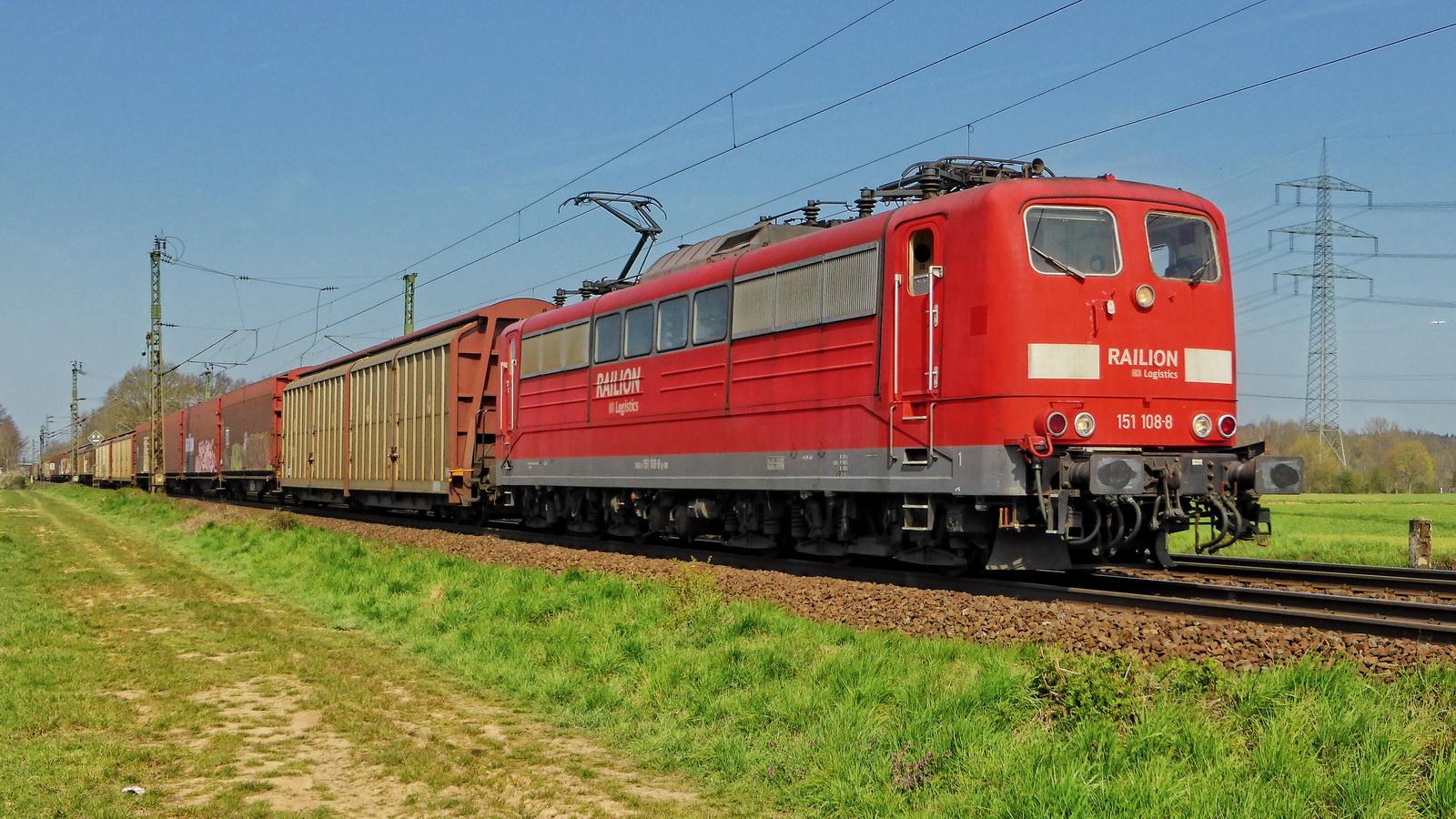 151 108-8 Railion mit einem gem. Güterzug