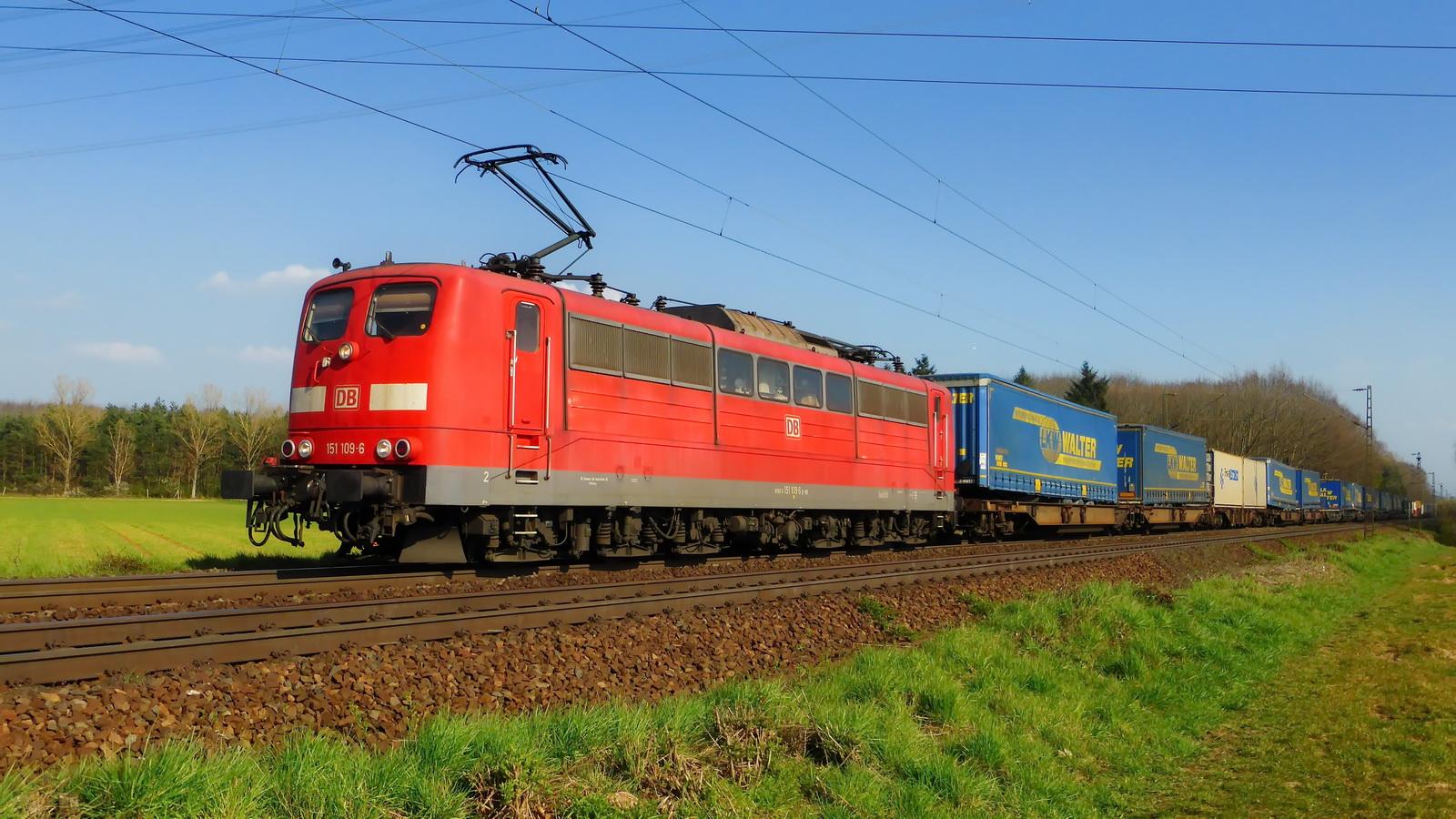 151 109-6 mit einem Containerzug