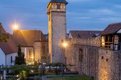 18-Ein Teil des Burgplatzes mit Oberem Torturm und Wendelinskapelle