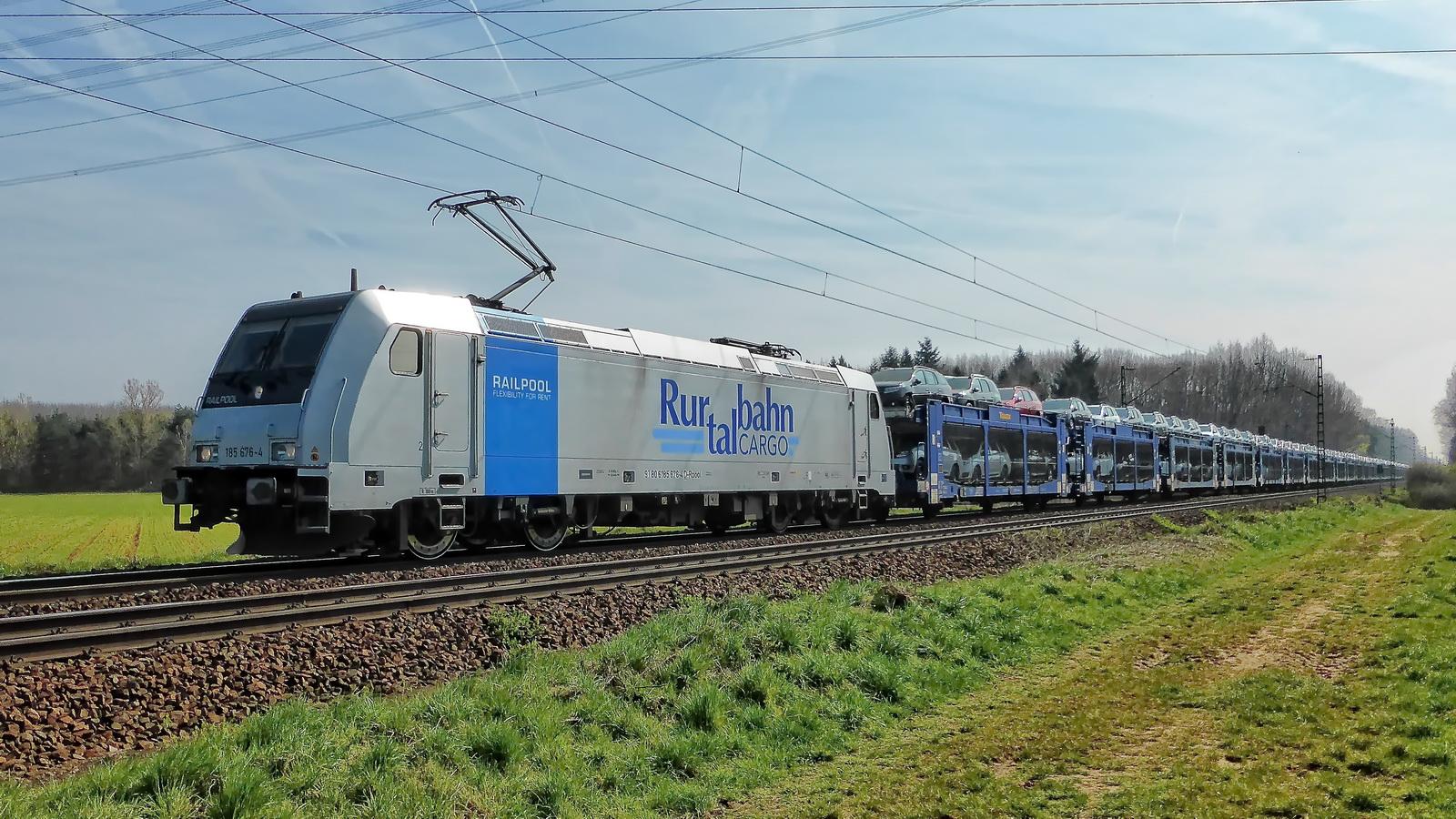 185 676-4 Railpool Rurtalbahn Cargo mit einem Autotransport