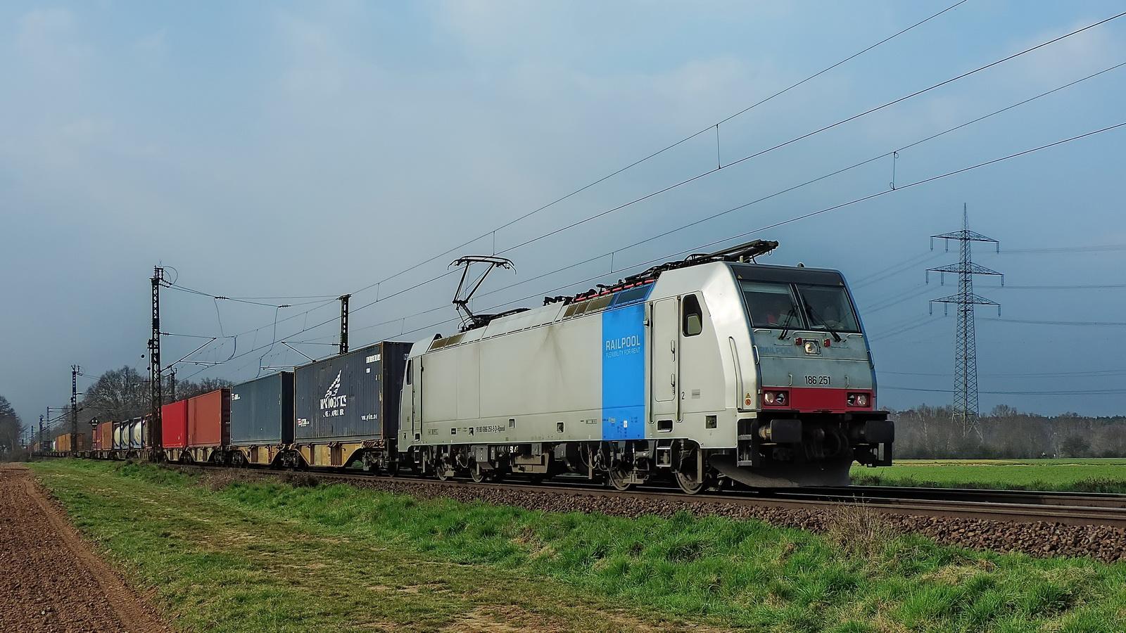 186 251 Railpool mit einem gem. Güterzug