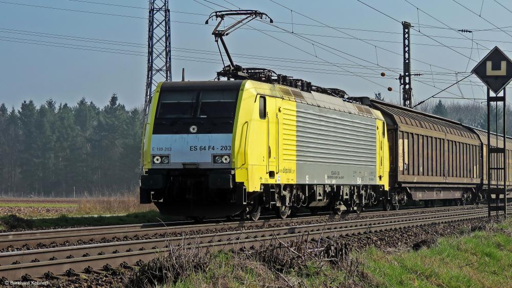 189 203 ES 64 F4-203 mit einem gem. Güterzug