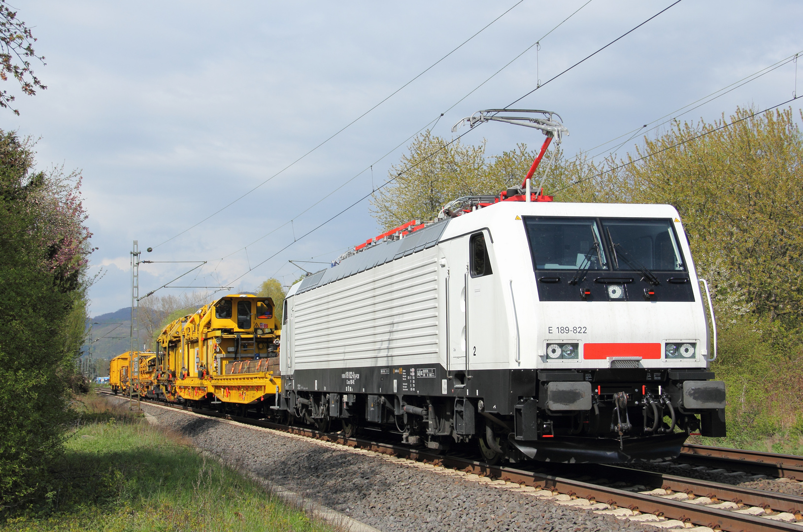 189 822 mit Bauzug bei Rheinbreitbach