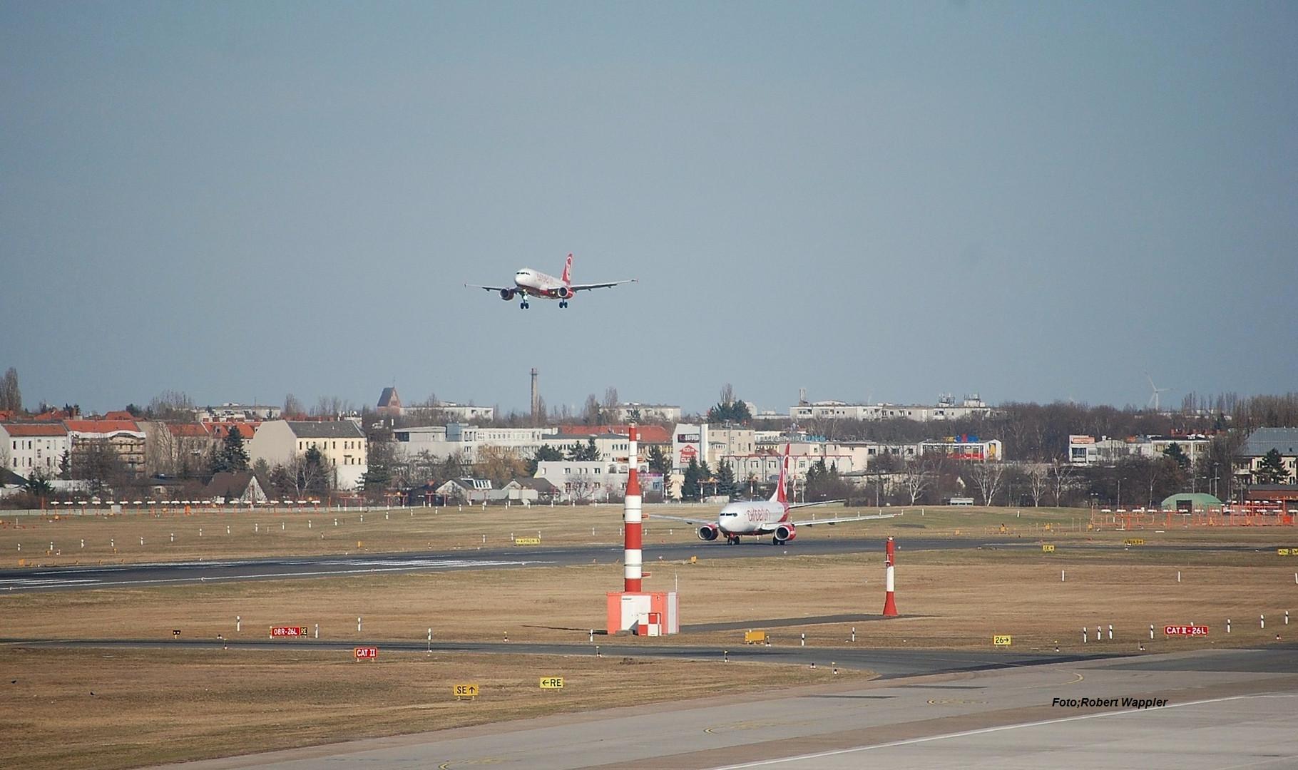 2 Air Berlin Flugzeuge bei Start & Landeanflug auf den Flughafen in Berlin-Tegel