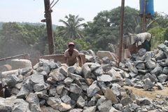 2 Arbeiterinnen schleppen Steine Ü757K
