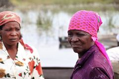 2 Frauen Fluss Bo-91col +Rede-Staatsbesuch