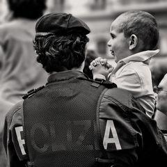 2 GIUGNO CON POLIZIOTTO BABY SITTER........