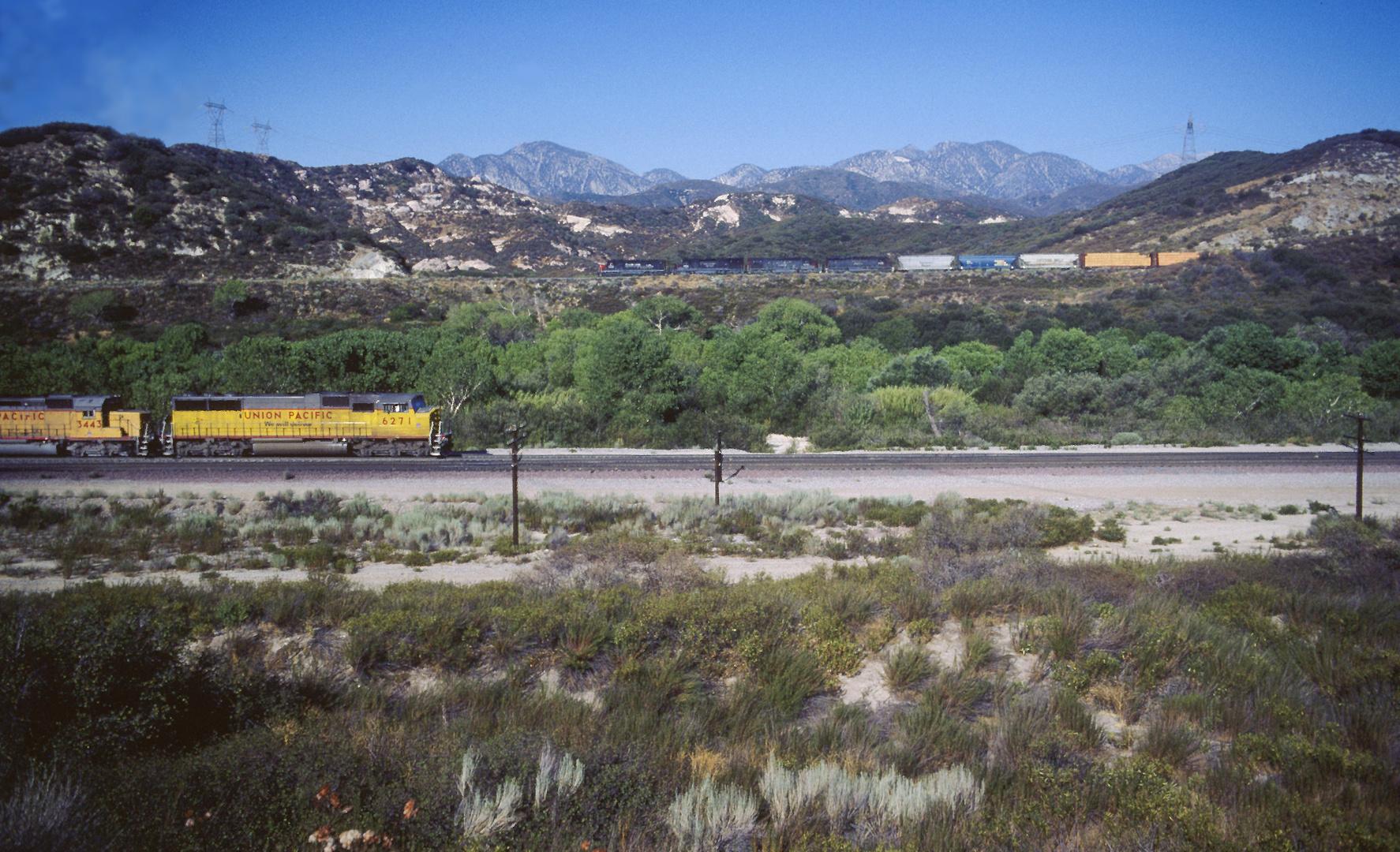 2 Güterzüge begegnen sich in der überwältigenden Landschaft vor dem Cajon Pass, CA