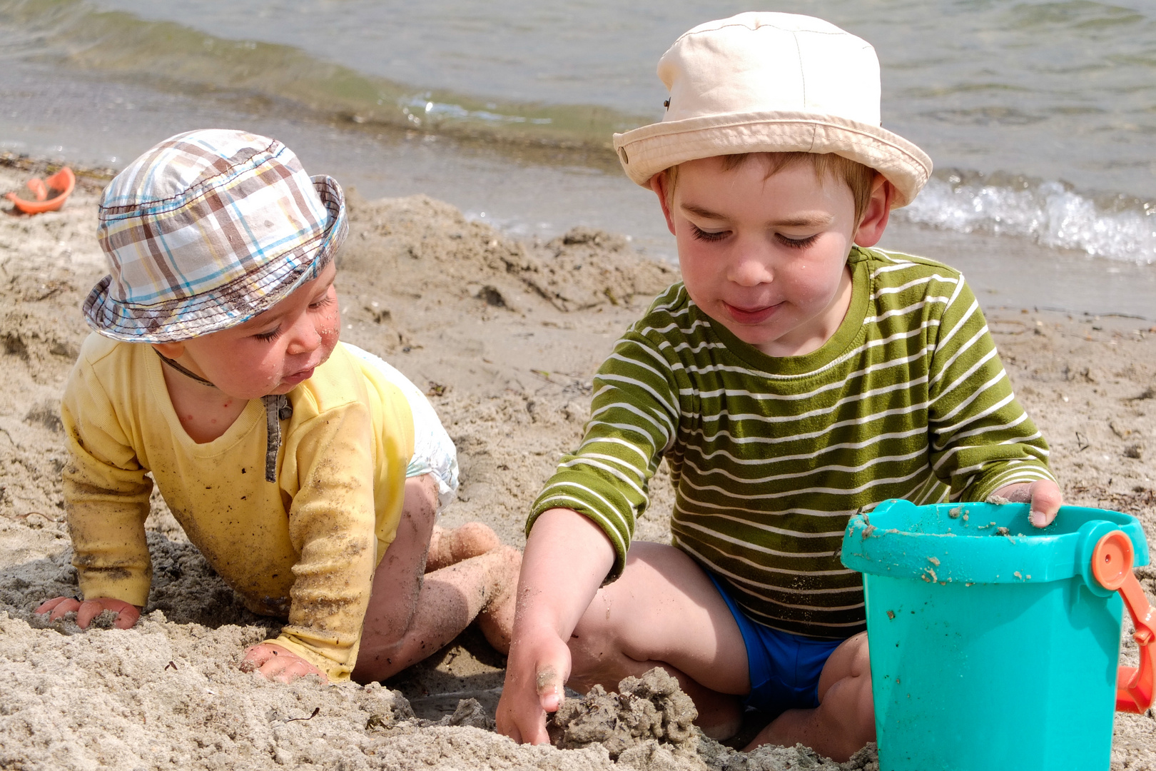 2 Jungs im Ostseesand