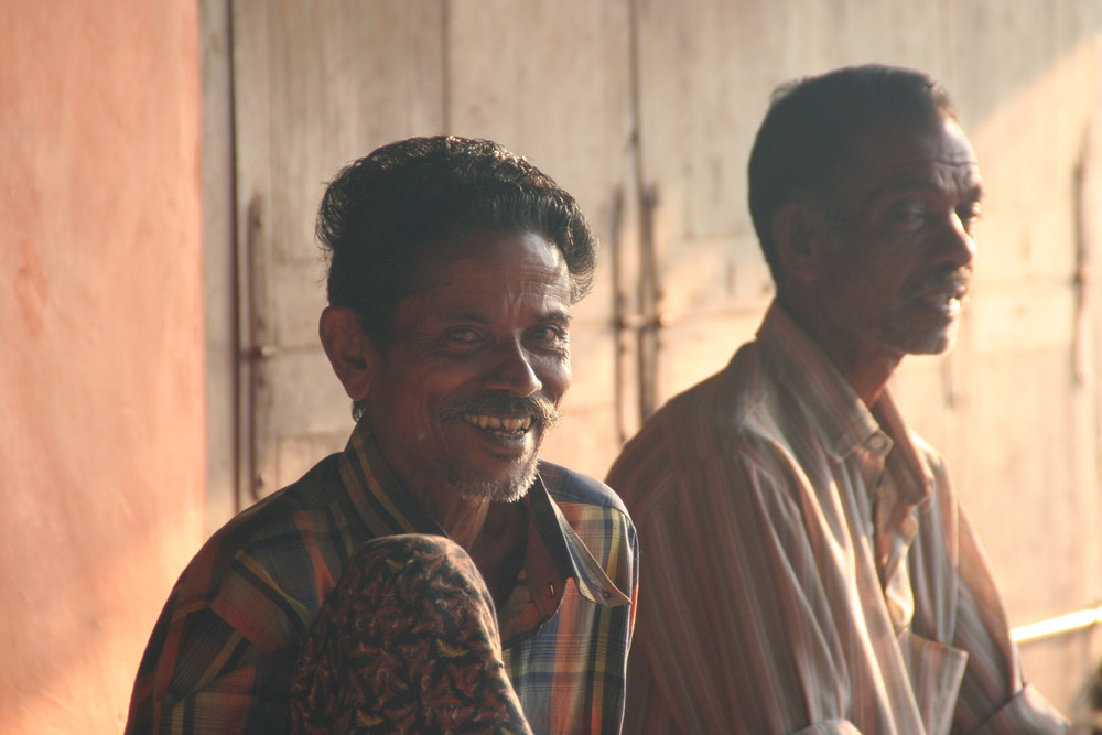 2 Maenner im Seitenlicht ... in Kerala , Indien