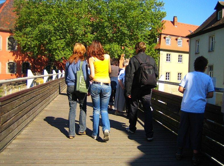 2 rothaarige Frauen auf der Brücke