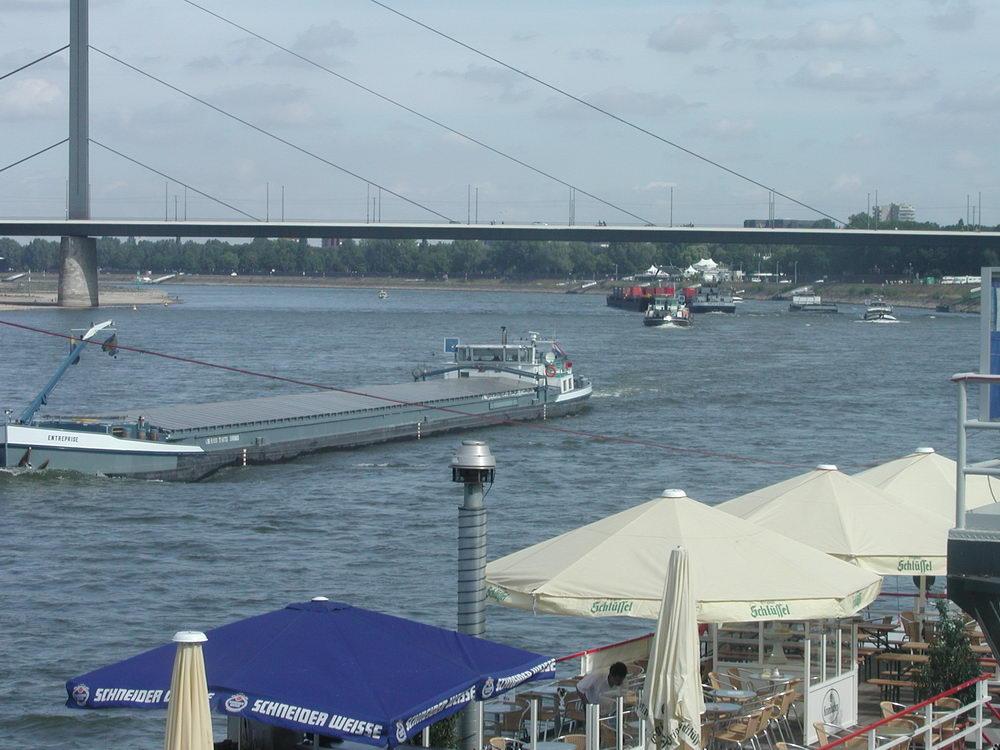 2003 Aug. Schiffs-Hochbetrieb beim Rekord-Niedrigwasser