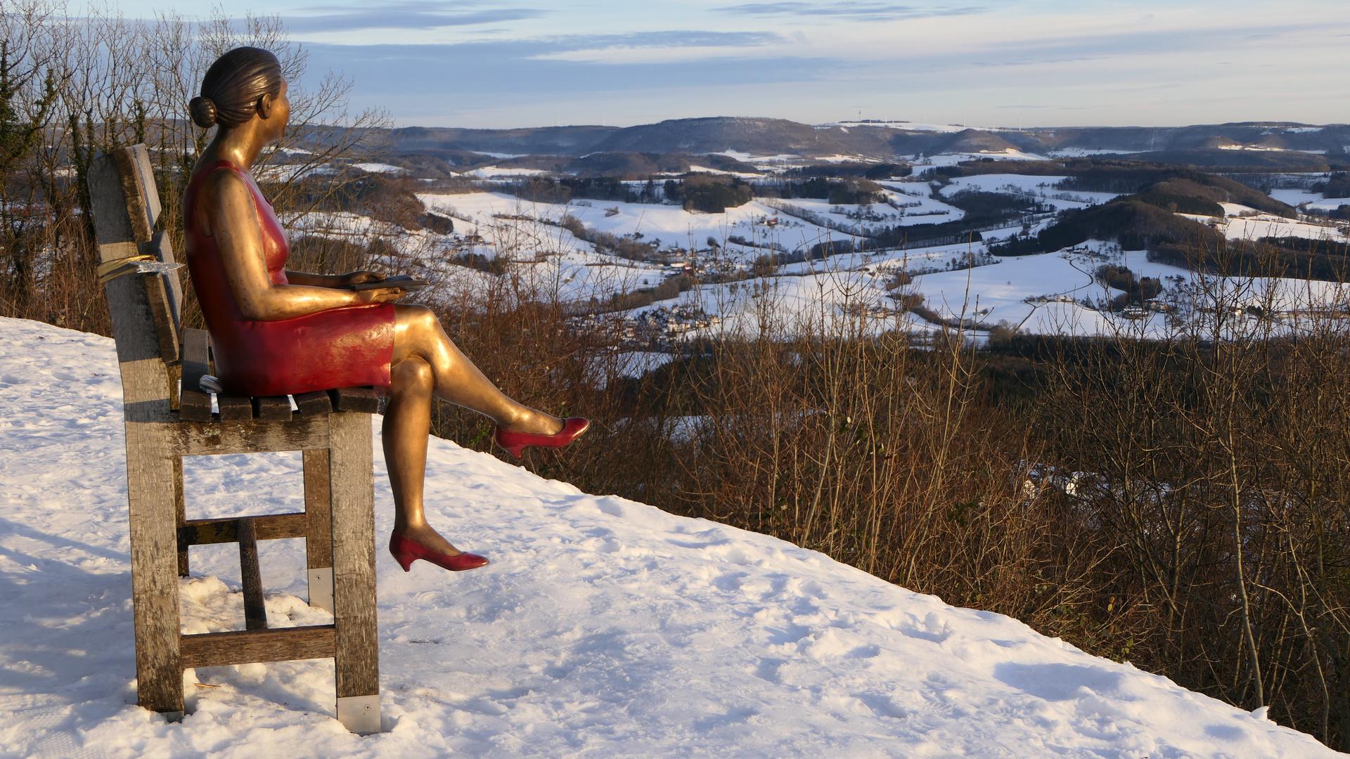 2021-01-20; Aussichtspunkt mit Ruhebank und Skulptur auf dem Hohenstaufen