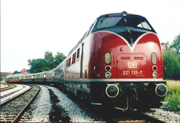 221 135 mit Ihrem Sonderzug auf den Zechenbahntagen 1997