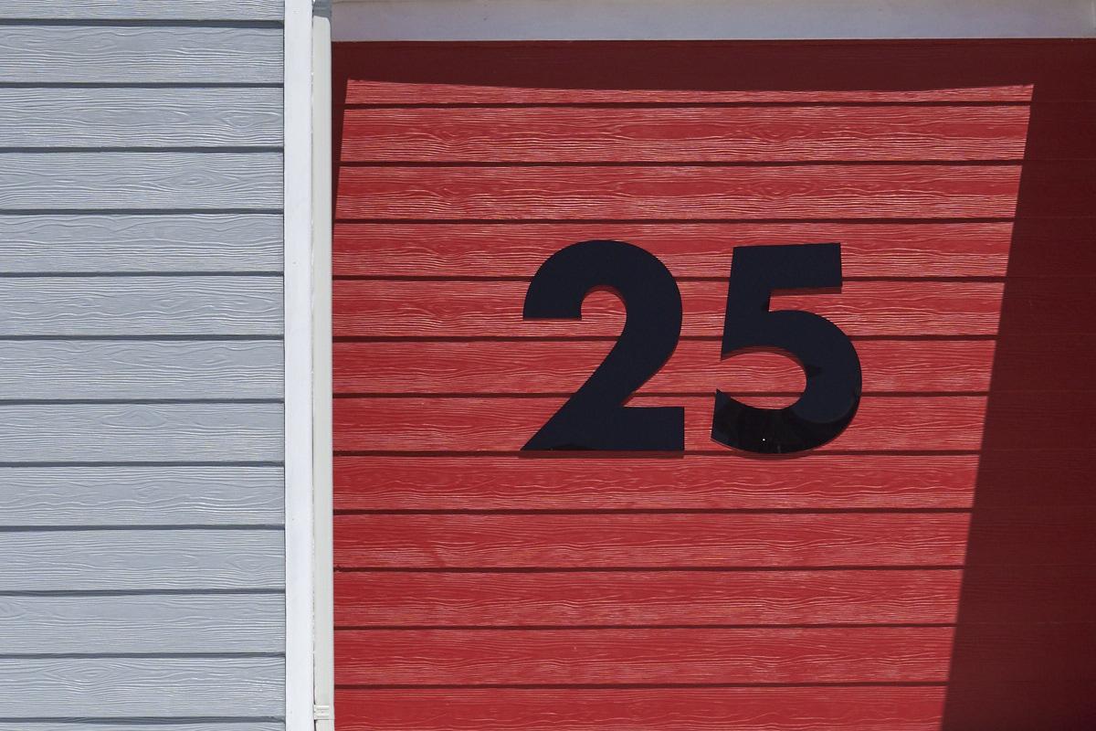 25 auf Rot neben etwas Grau