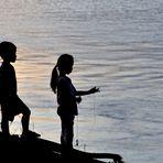 25 niños de pesca en el atardecer