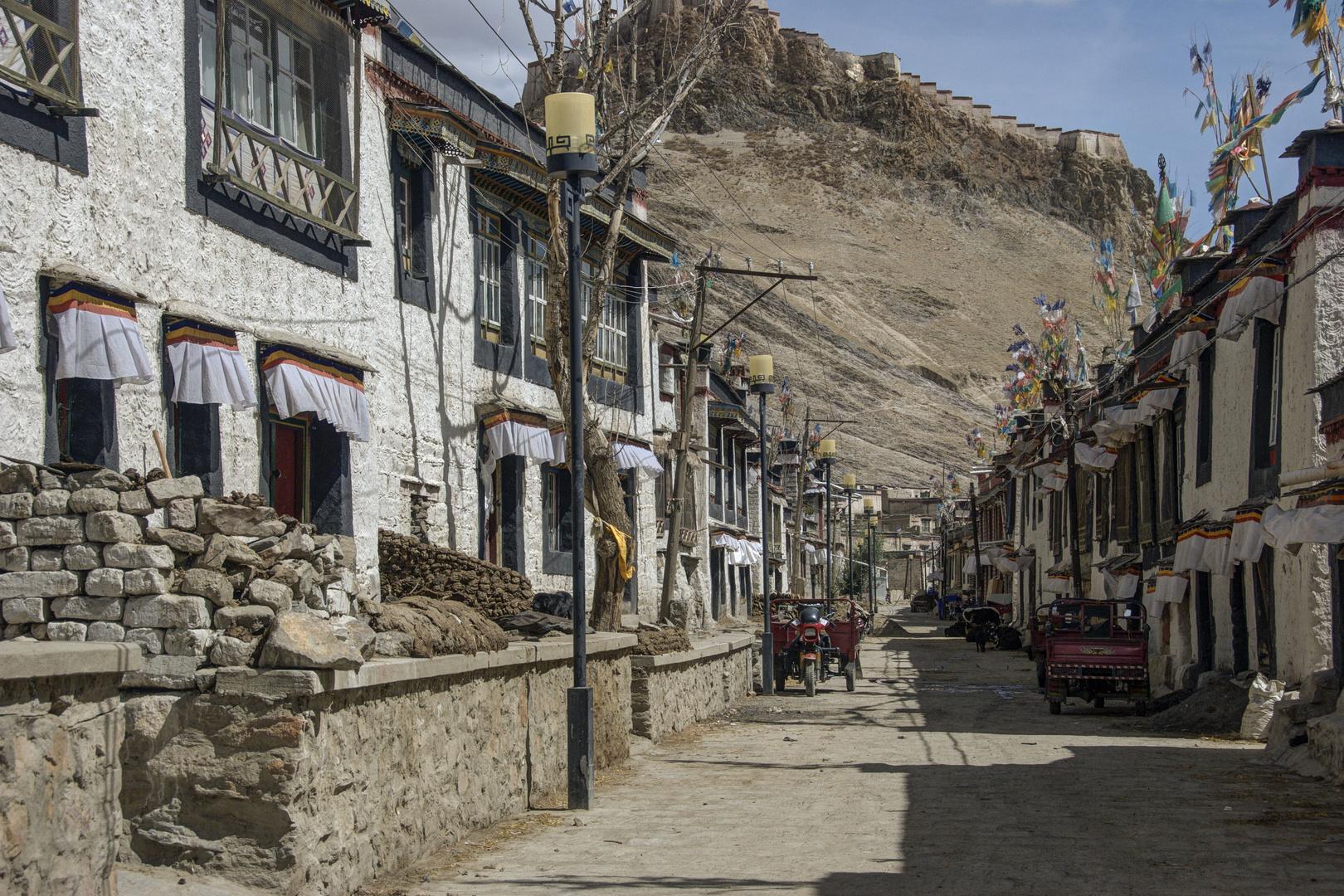 267 - Gyantse (Tibet) - A street in Gyantse Old Town
