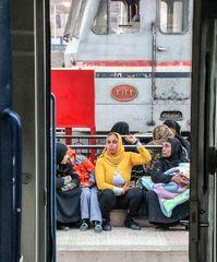 3 Frauen V3 Durchblick Bahnsteig Egypt Ca-20-19-col