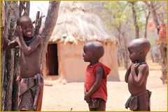 3 JUNGS im Dorf ... in Namibia