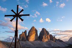 3 Zinnen mit Kreuz im Abendlicht
