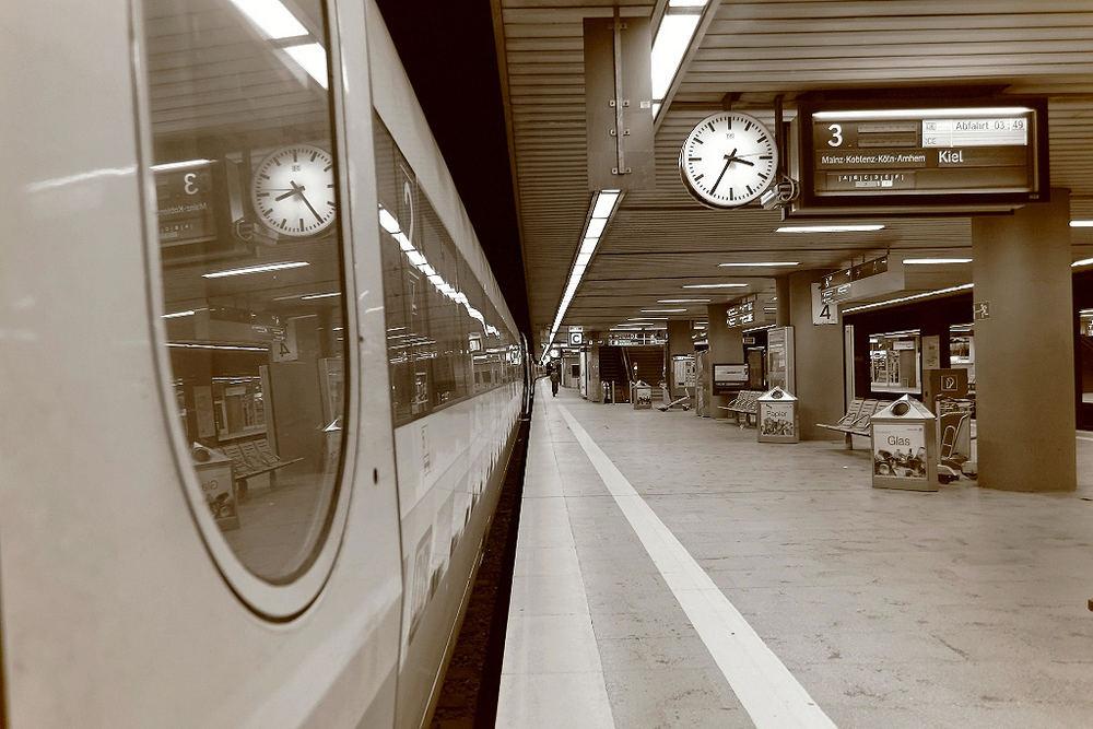 3 35 Uhr Am Flughafen Frankfurt Regionalbahnhof Foto Bild Zuge Eisenbahn Verkehr Fahrzeuge Bilder Auf Fotocommunity