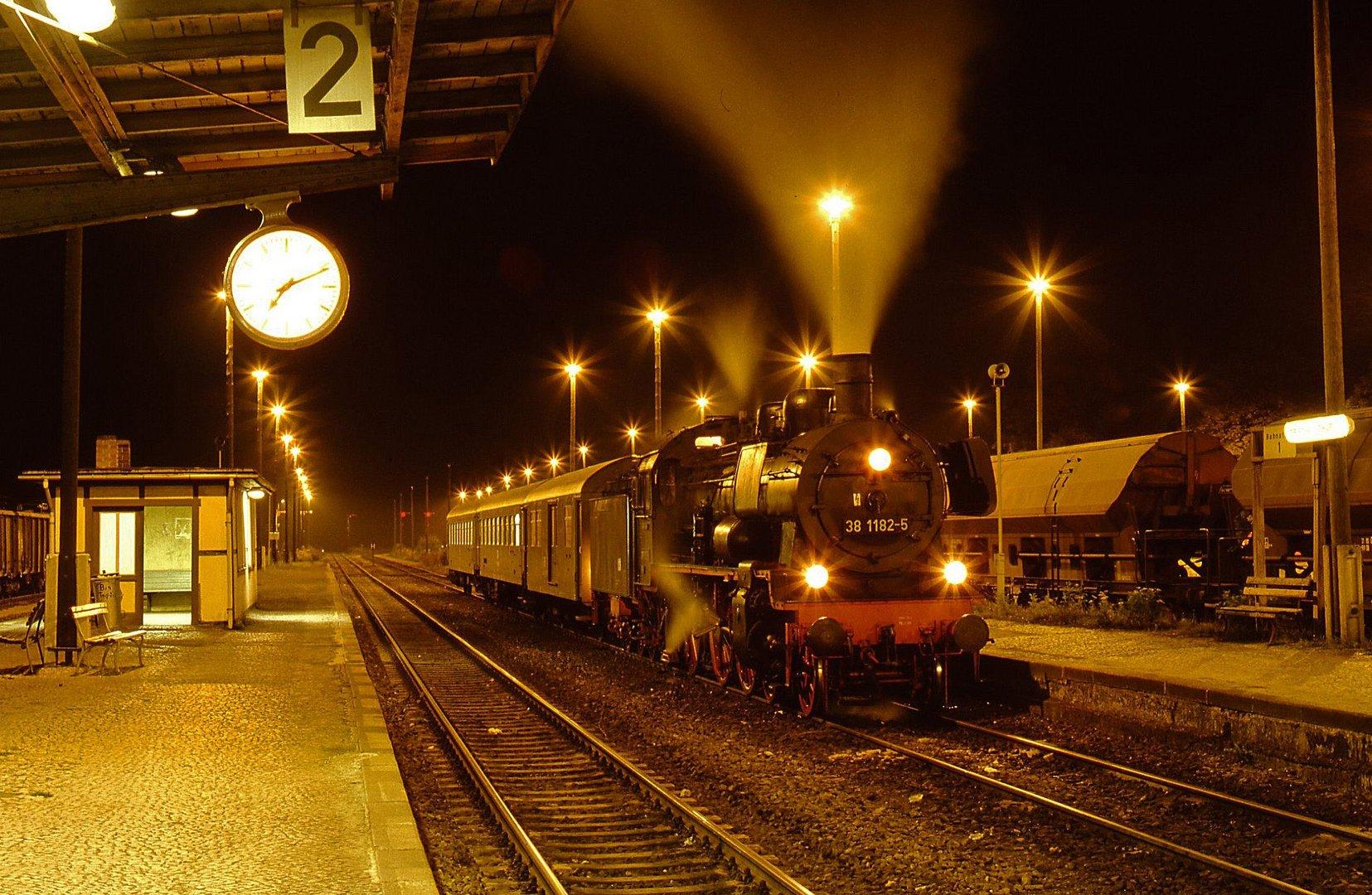 38 1182 mit Personenzug am Bahnsteig