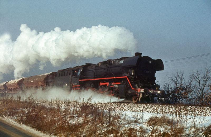 44er, wenig Schnee, eisige Kälte und ein Nahgüterzug