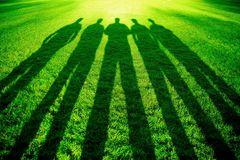 5 Männer allein im PARK