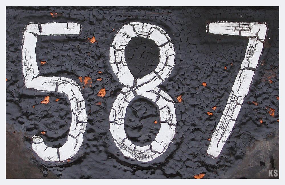 587 mit Rissen