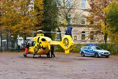 5er BMW als Notarztzubringer neben Christoph Hansa