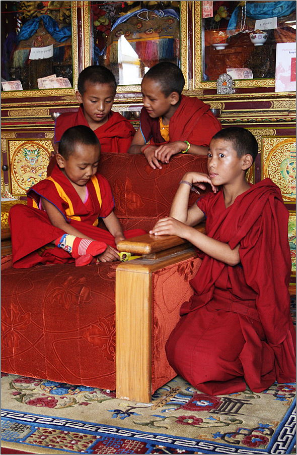 7 year old bakula rinpoche with friends (20. reinkarnation des arhats bakula)