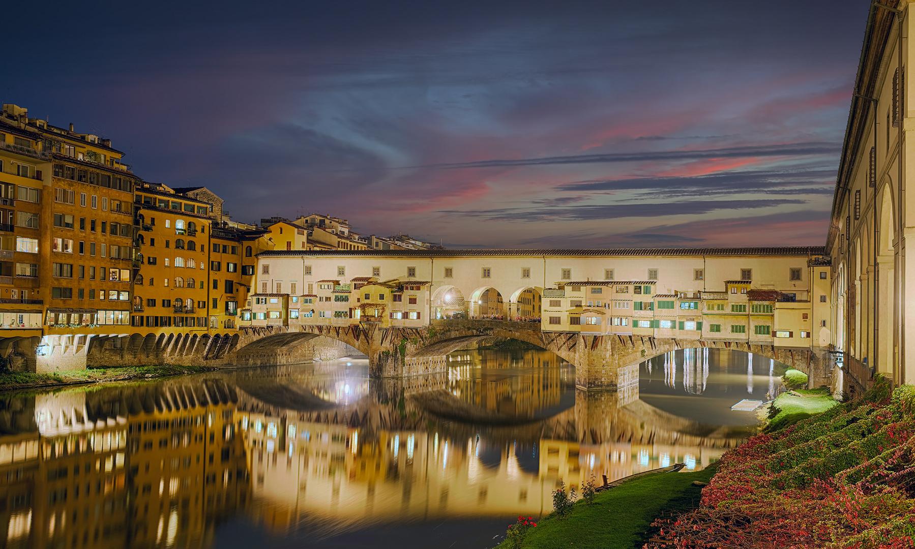 7179M-85M Ponte Vecchio Florenz beleuchtet Abendrot Panorama