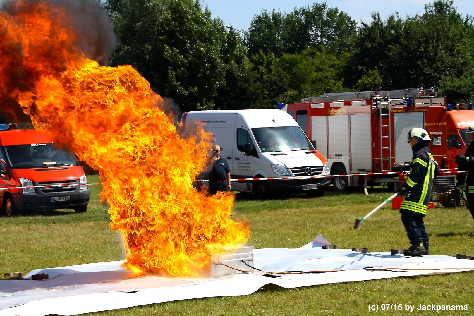 75 Jahre Freiw. Feuerwehr Feldhausen / Demonstration einer Fettexplosion