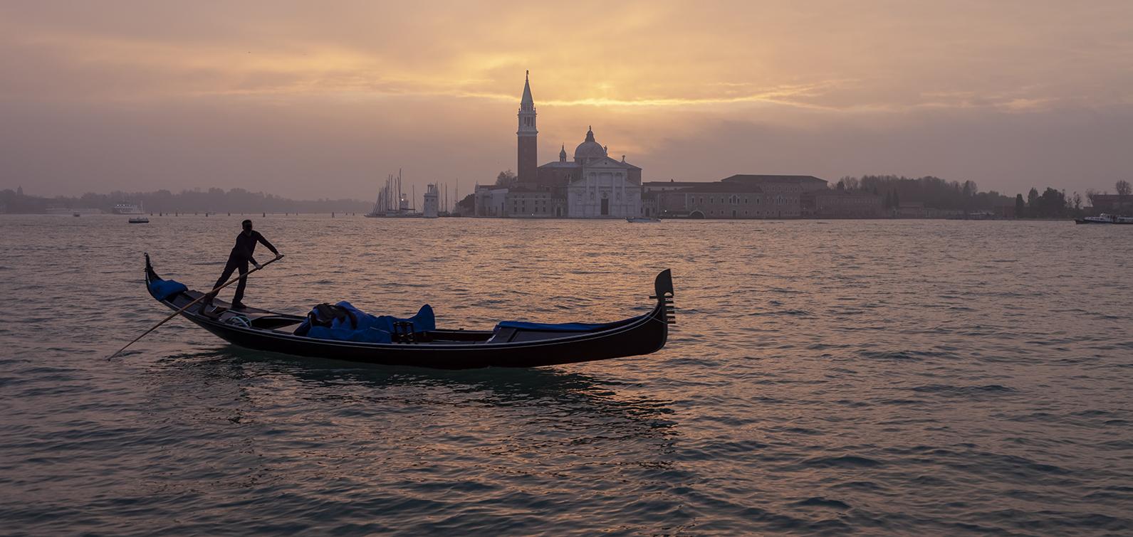 7774D Venedig Gondel in Morgenstimmung vor St Georgio Panorama